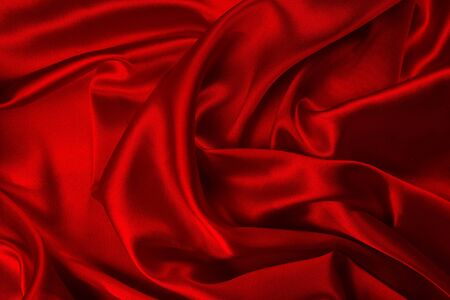 La textura de la tela de seda roja o satén de lujo se puede utilizar como fondo abstracto. Vista superior.
