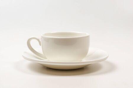 Weiße Tasse isoliert auf weißem Hintergrund. Ansicht von oben.
