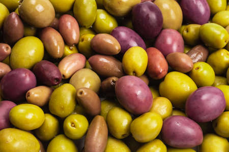 Tasty mix olives background. Top view. 免版税图像