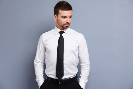 zakenman in wit overhemd