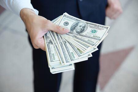 Primo piano di denaro nelle mani degli uomini Archivio Fotografico - 43958381