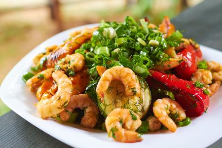 comida gourmet: aperitivo caliente con verduras y gambas