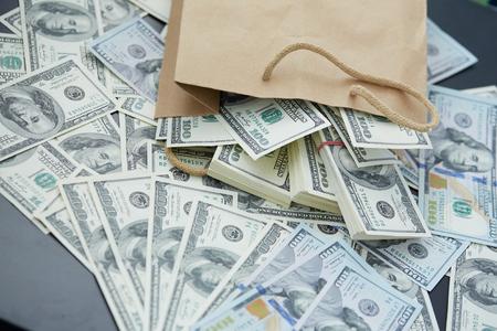 mucho dinero: una gran cantidad de dinero de una bolsa de papel