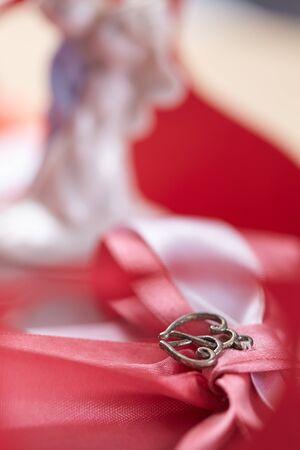 mo�o rosa: hermosa rosa arco y corazones pareja