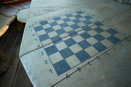 tablero de ajedrez: tablero de ajedrez sobre la mesa Foto de archivo