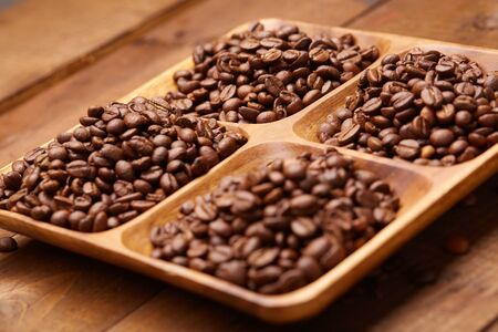 molinillo: granos de café en un plato