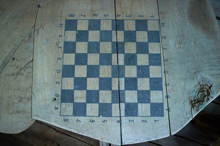 tablero de ajedrez: chessboard on the table Foto de archivo