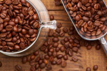 Chicchi di caffè in tazza nel vassoio Archivio Fotografico - 82921314