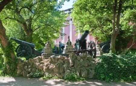 artillery shell: Ca�ones rusos en la casa-museo del Libertador zar Alejandro II en Pleven. Bulgaria