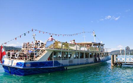 Passagiersschip op de pier van het resort. Portschach am Worthersee. Lake Worth (Worthersee). Oostenrijk