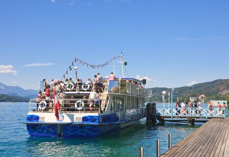 Instappen op een schip. Kur Portschach am Worthersee Zey Lake Worth (Worthersee). Oostenrijk Redactioneel