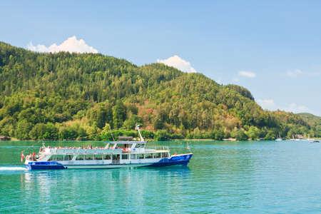 Passagiersschip op Lake Worth (Worthersee). Oostenrijk Redactioneel