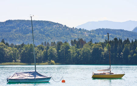 Boten in Lake Worth (Worthersee), Oostenrijk Stockfoto