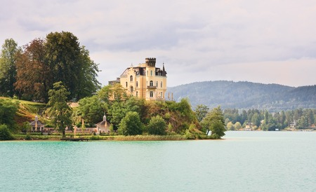 Reifnitz Kasteel op Lake Worth in Karinthië, Oostenrijk