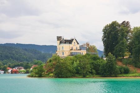 Reifnitzkasteel op Meer met een waarde van in Karinthië, Oostenrijk Redactioneel