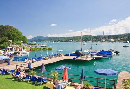 Strand aan de Wörthersee. Resort Velden am Worthersee See. Oostenrijk