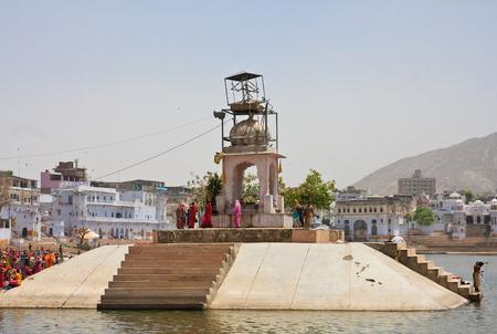 hindues: Ghat en el sagrado para los hind�es lago Pushkar, India
