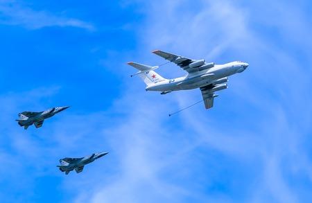 distal: MOSCÚ  RUSIA - 9 DE MAYO: Il-78 (Midas) cisterna aérea demuestra repostaje de 2 MiG-31 Foxhound () interceptores supersónicos en desfile dedicado al 70 º aniversario del Día de la Victoria el 9 de mayo de 2015, de Moscú.