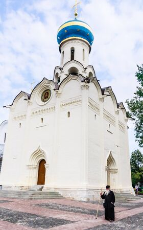 sotana: Monk y la Iglesia de la venida del Espíritu Santo. Santa Trinidad de San Sergio Lavra. Posad, región de Moscú