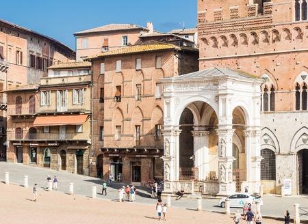 cappella: Fachada de una capilla de mármol Cappella di Piazza en Siena, Italia