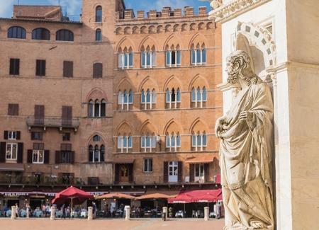 cappella: Piazza del Campo. Statue of the Cappella di Piazza and Sansedoni Palace. Siena, Tuscany. Italy