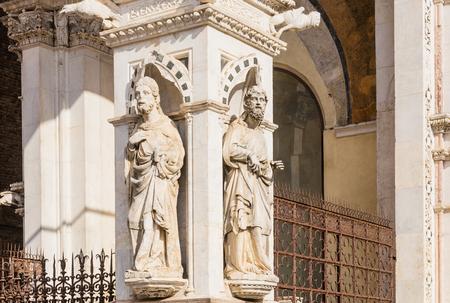 cappella: Detalle de la fachada de una capilla de mármol Cappella di Piazza en Siena, Italia Foto de archivo