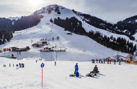 Skiers on the slopes of the ski resort of Soll, Tyrol, Austria Imagens