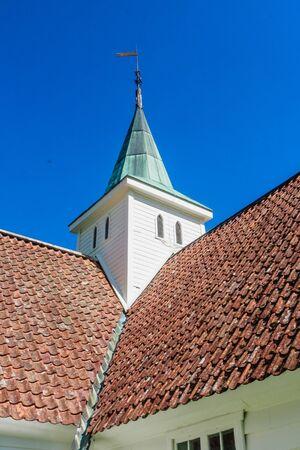 Norwegen, Kreis Sogn Fjordane. Fragment der weißen Holzkirche in Olden
