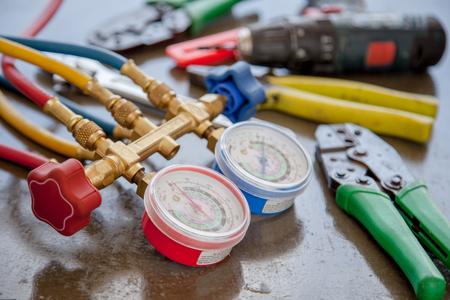 Manómetros que miden el equipo para llenar los acondicionadores de aire, calibradores. Foto de archivo - 88003774