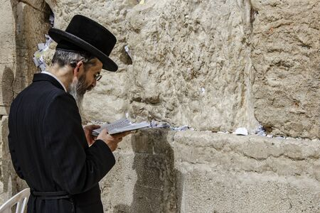 ISRAEL. JERUSALEM. 12.05.2018 - Orthodoxer jüdischer Mann betet in der Westmauer, einer wichtigen jüdischen religiösen Stätte in der Altstadt von Jerusalem
