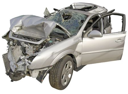 alcoholismo: Un coche de pasajeros naufrag� en un fondo blanco.