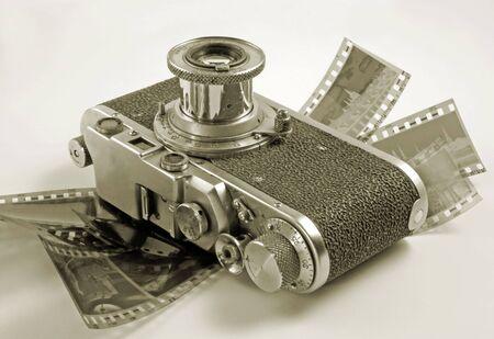 La antigua C�mara de cine con la pel�cula negativa.  Foto de archivo - 4032297
