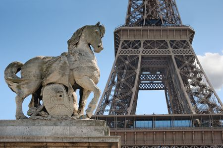 Escultura de caballo en puente de Lena cerca a la Torre Eiffel en Par�s, Francia.  Foto de archivo - 5550049