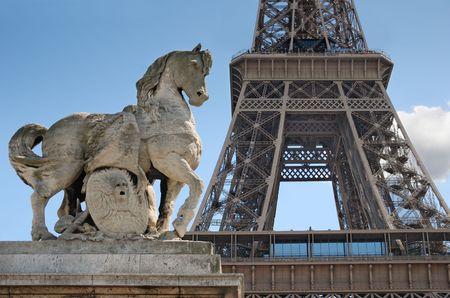 Escultura de caballo en puente de Lena cerca a la Torre Eiffel en París, Francia.  Foto de archivo - 5550049