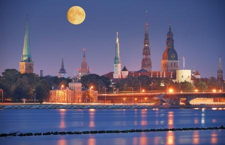Riga, ラトビアの岸壁のダウガヴァ川。