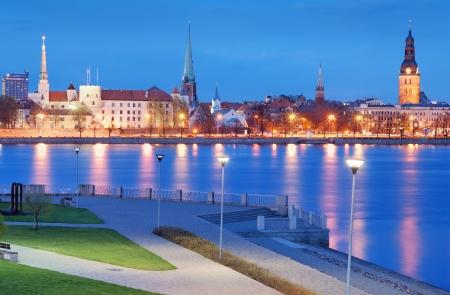 シティ パノラマと Riga, ラトビアのダウガヴァ川の岸壁。