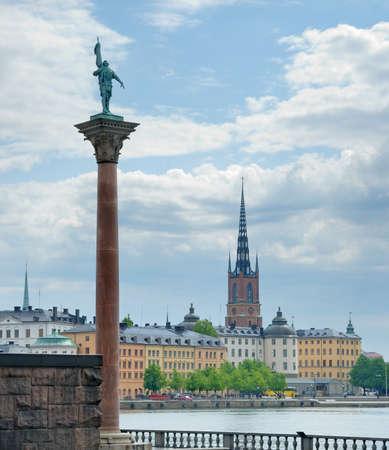 statesman: Colonna con la statua di Engelbrekt Engelbrektsson (leader dei ribelli statista svedese e versioni successive) sul sagrato del Municipio e skyline di Gamla Stan, Stoccolma, Svezia.