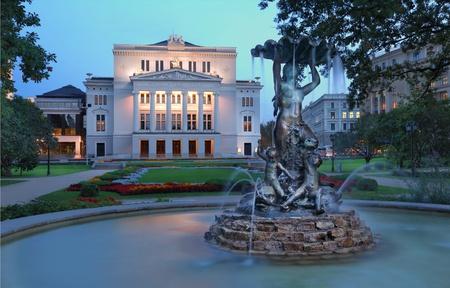 """Ã""""pera Nacional de Letonia y el ballet teatro y la fuente de las Ninfas en el parque. Riga, Letonia. Foto de archivo - 10738470"""