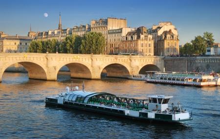 """seine: De Pont Neuf (""""Nieuwe Brug""""), de oudste nog intacte brug over de rivier de Seine in Parijs, Frankrijk."""