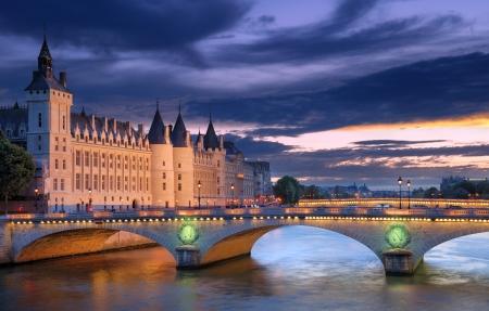 seine: De Pont au Change, brug over de rivier de Seine en het Conciergerieis, een voormalig koninklijk paleis en gevangenis in Parijs, Frankrijk.