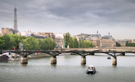 seine: De Pont des Arts of Passerelle des Arts, brug over rivier de Seine in Parijs, Frankrijk.