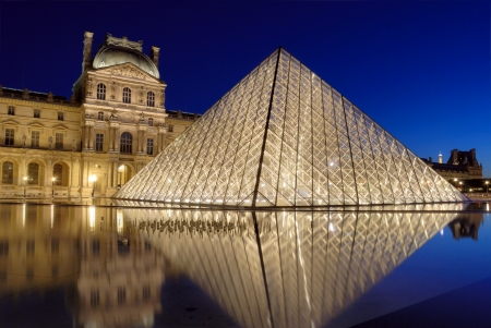 mus�e: La Pyramide-entr�e pr�s du Mus�e du Louvre � Paris, France. Illumination projet a �t� d�velopp� par le designer am�ricain Claude angl qui a �tabli des lampes halog�nes sur le p�rim�tre interne de la pyramide.