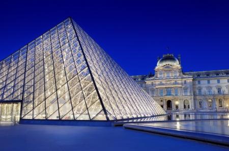 유명한: 프랑스 파리 루브르 박물관 근처 피라미드 입구 에디토리얼