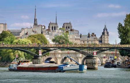 des: The bridge Pont des Arts or Passerelle des Arts across Seine river in Paris, France