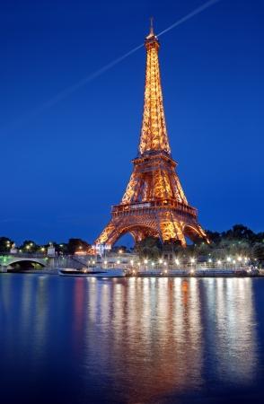 seine: De Eiffeltoren en de rivier de Seine in Parijs, Frankrijk. Redactioneel