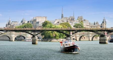 des: River Seine and bridge Pont des Arts or Passerelle des Arts in Paris, France.