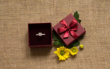 verlovingsring in geschenkverpakking met madeliefje