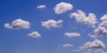 White puffy Wolken am blauen Himmel Hintergrund Standard-Bild - 5535759