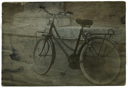 Old image of bicycle leaning on a wall Archivio Fotografico