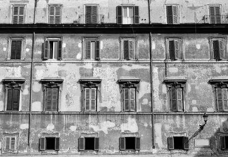 Gammal byggnad fasad med fönster i rad